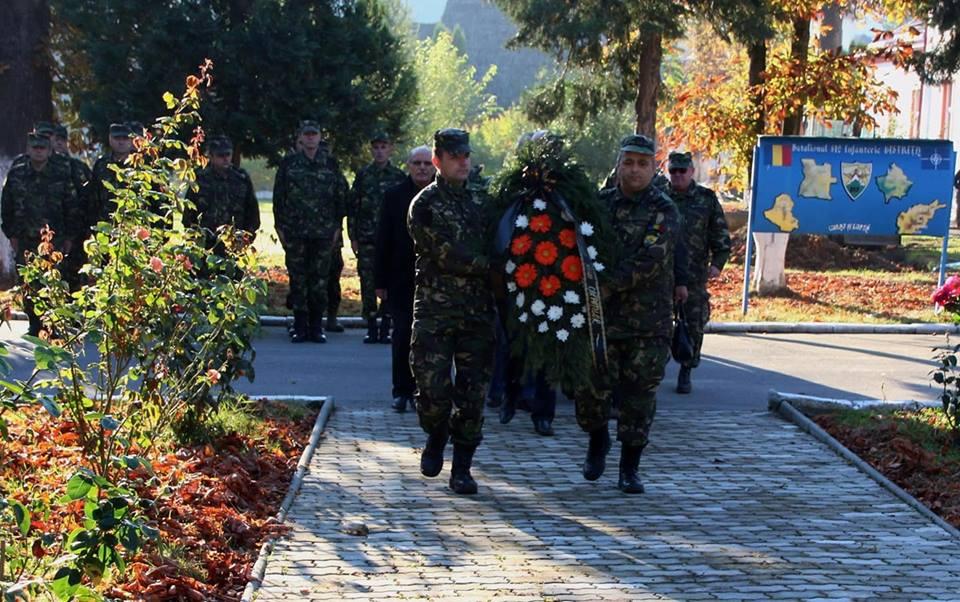Șoimii Carpaților și-au omagiat eroii. Sucursala AMVVD Bistrița, coroană de flori în memoria militarilor bistrițeni căzuți la datorie în Afganistan